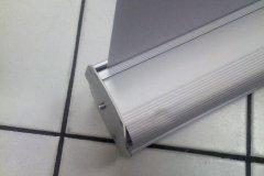 Slabý materiál, který se promáčkne pouhou rukou při prvním použití.
